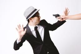 拳銃を突きつけられるエージェント