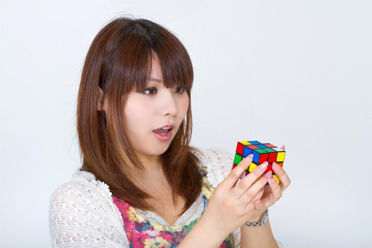 ルービックキューブをやる女性