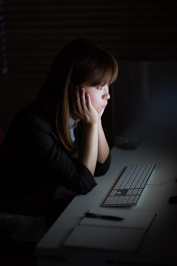 暗闇で仕事する女性