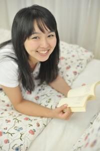 楽しそうに読書する女性