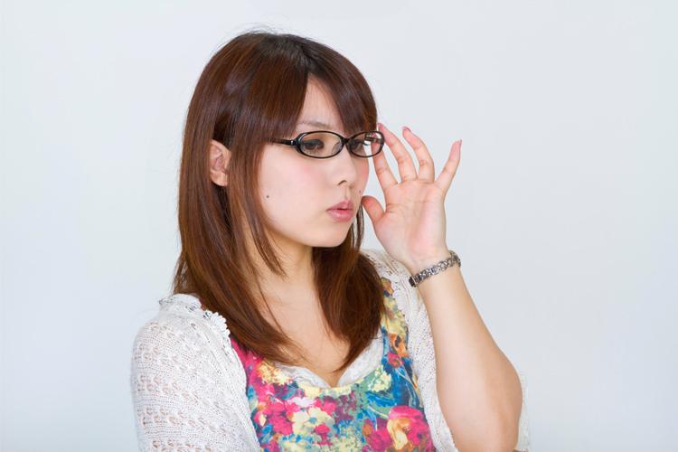 眼鏡を直す女性