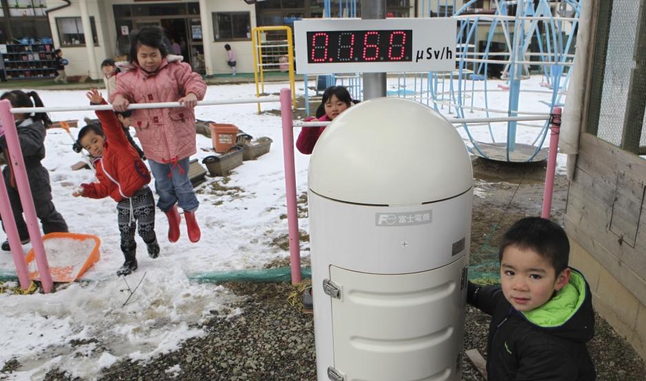 福島第一原発から約30マイルの幼稚園で遊ぶ子供たち