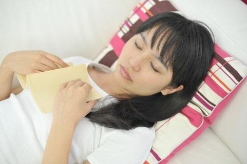 読書しながら眠る女性