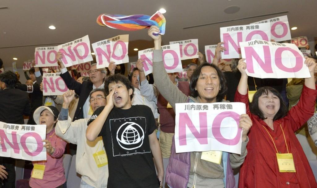 鹿児島県議会で川内原発再稼働に反対する人たち