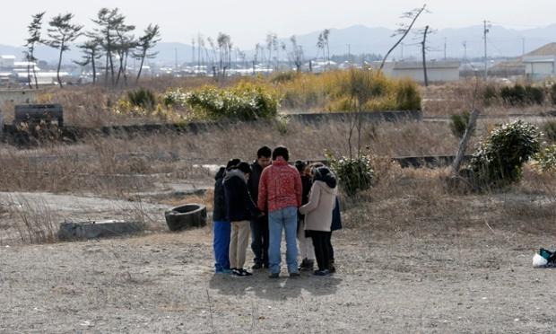 黙祷を捧げる人々(宮城県)